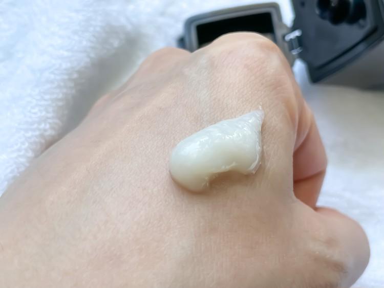 ジェルクリーム状のディープ洗顔料。