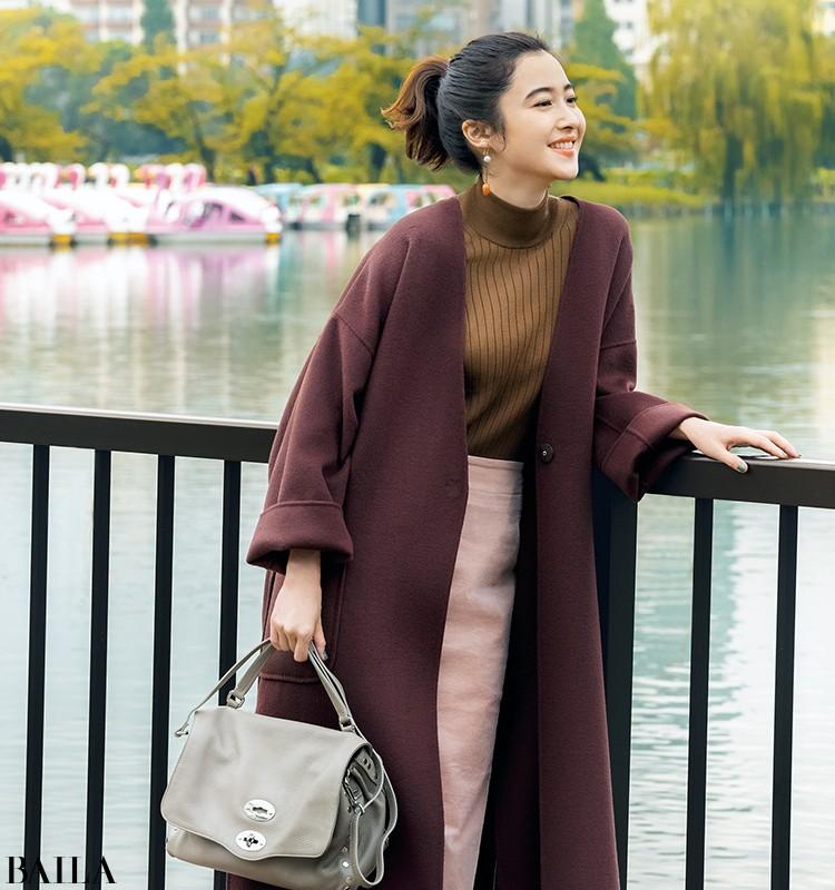 ブラウンコートの抜け感出しは、ニュアンスグレーのバッグが適任