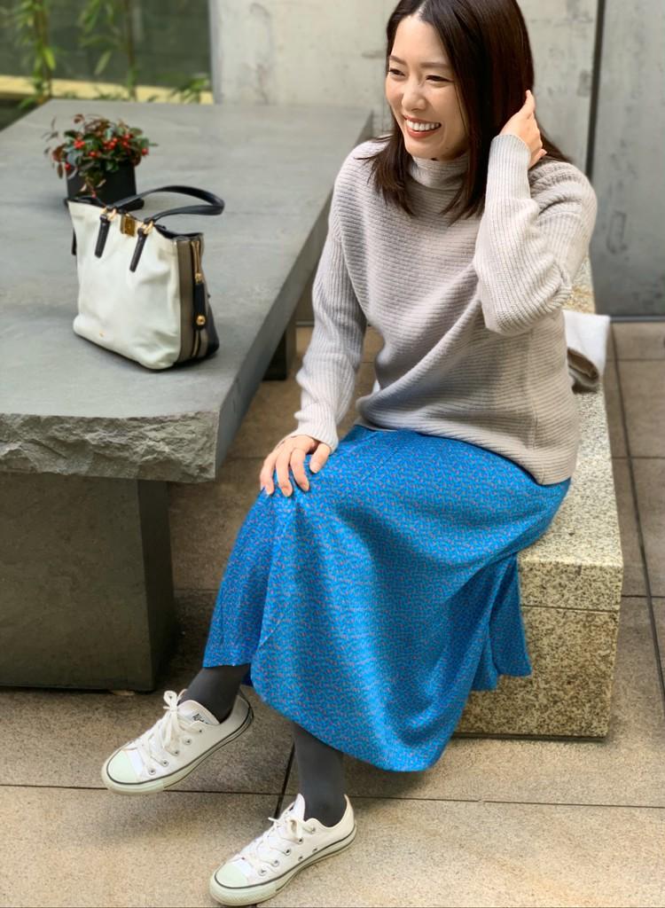 白コンバースにスタニングルアーの鮮やかなブルーの柄スカートを合わせて