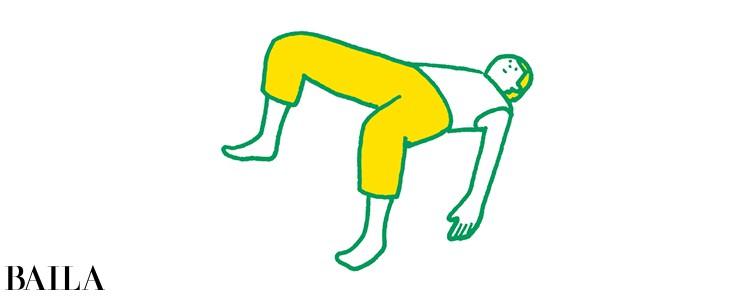 【脚裏伸ばしダイエット】お尻を上げた途端、ひざが開きやすくなるので注意して。ひざが開いてしまうとお尻に負荷がかかりにくく、おなかにも力が入らなくなってしまう。