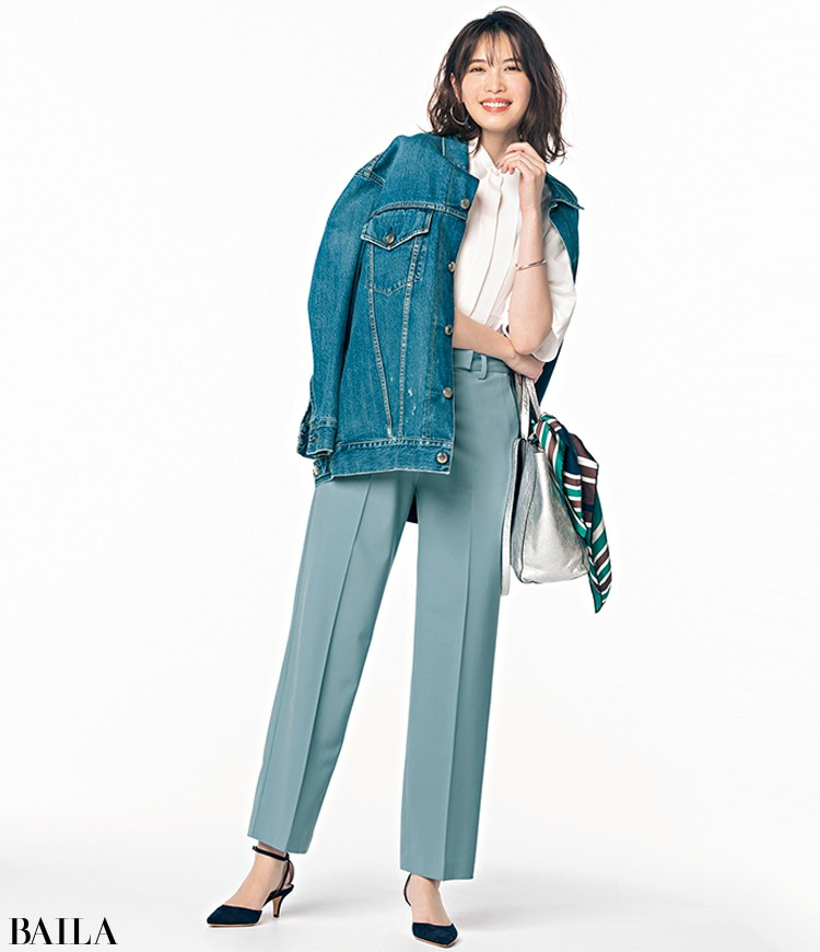 ペールブルーのパンツコーデの宮田聡子