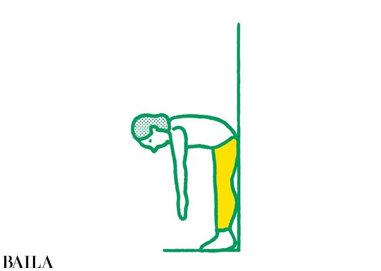 【脚裏伸ばしダイエット】2 壁から離れないよう前屈して脚裏を伸ばす