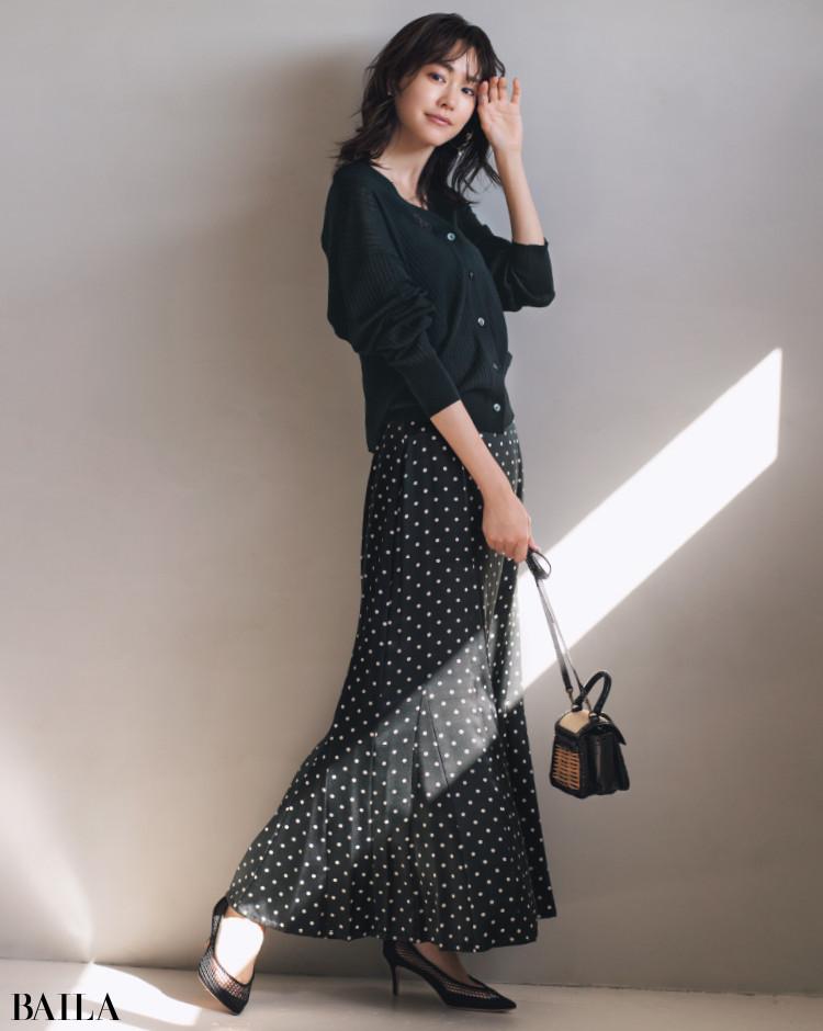 モノトーンのドットのフレアスカートコーデの桐谷美玲