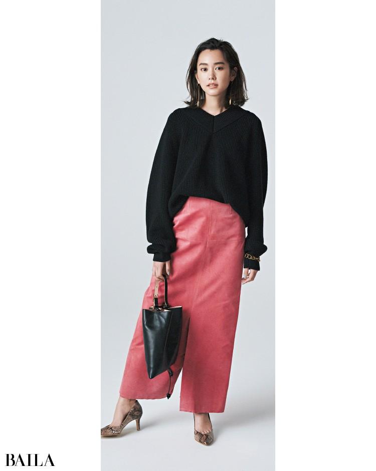 ピンクのスエードスカートも黒ニットのコーデ