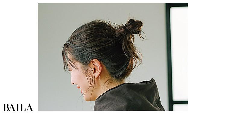 首もとが詰まるときはラフなアップヘア