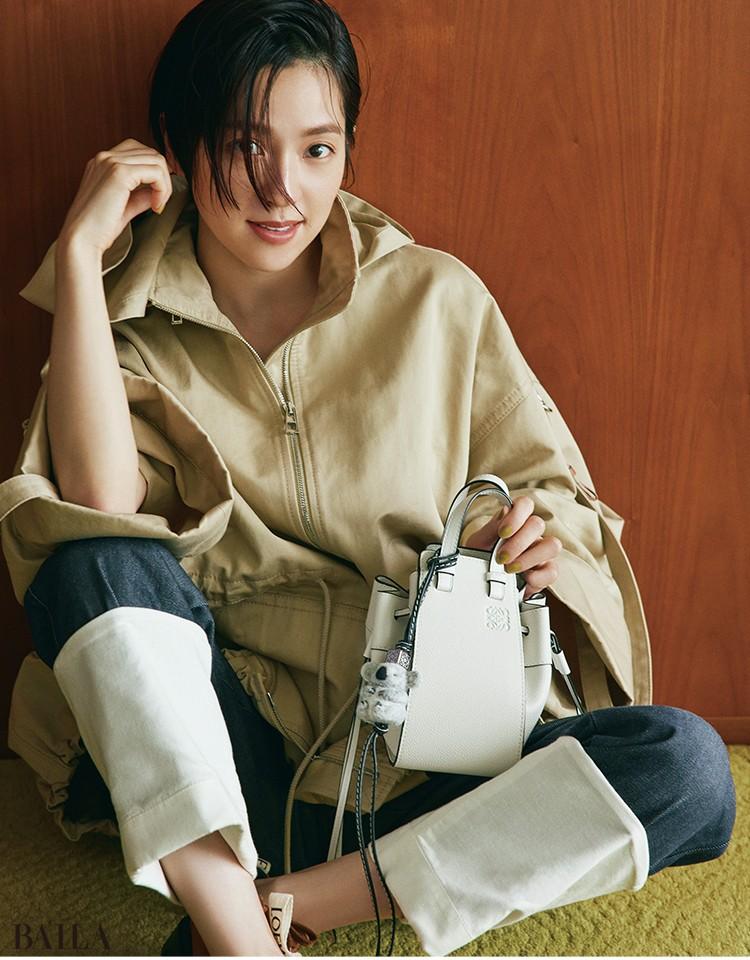 中村アン バッグ「HAMMOCK DW MINI BAG」(19.5×11×17)¥245300・バッグにつけたチャーム(41×4.9×3.6)¥48400