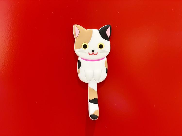 【セリアの猫グッズ5】インテリアマグネットフック ネコのパッケージ3種類(三毛猫、黒猫、白猫)