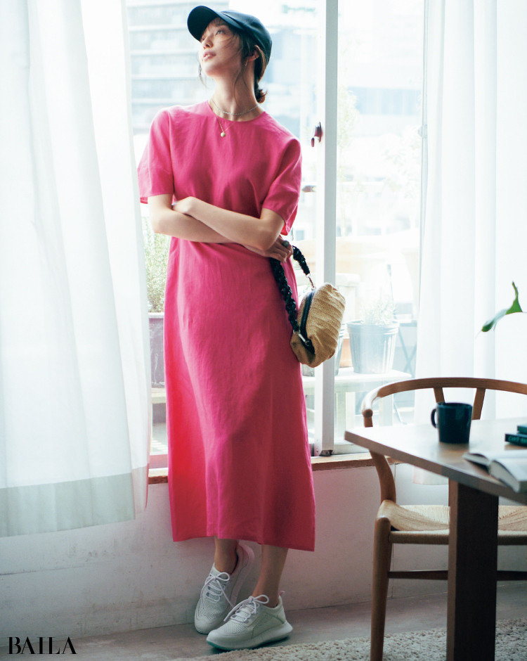 ビビッドなピンクのリネンワンピースコーデの松島 花