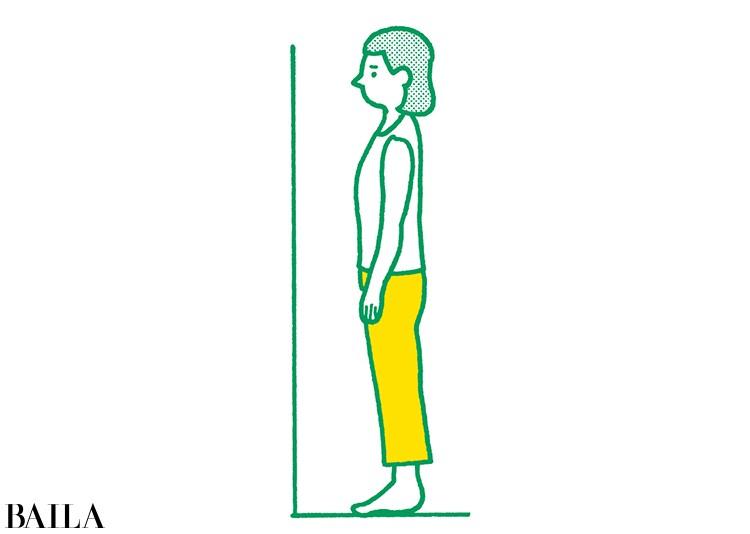 【脚裏伸ばしダイエット】1 バランスがとりやすいように壁前に立つ