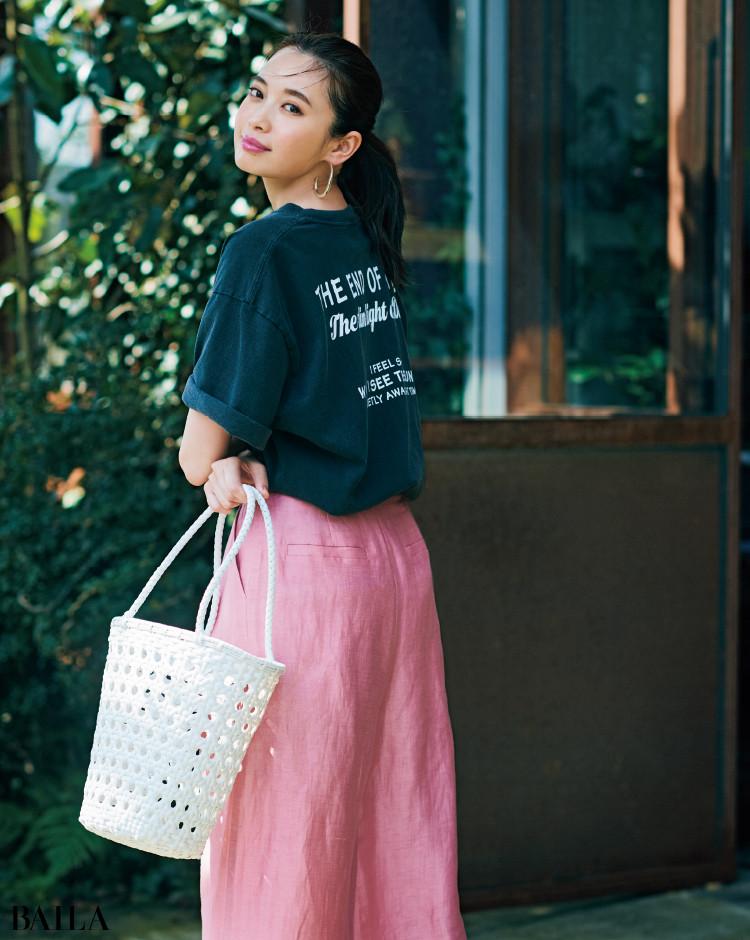 きれい色パンツとロゴTコーデの宮田聡子