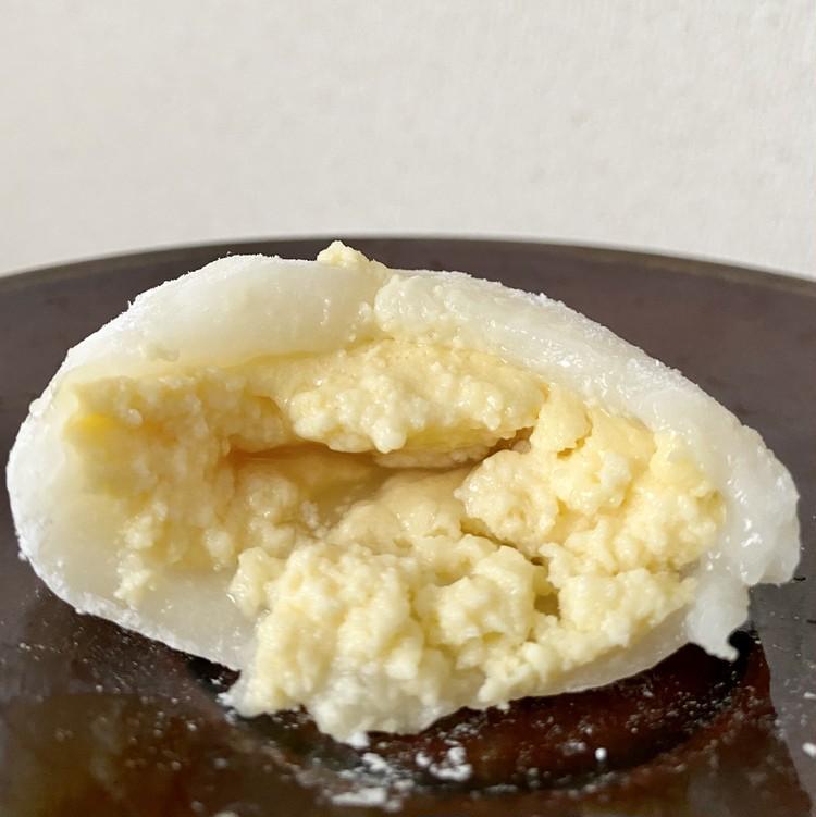 「かすたーどもも大福」白桃ソースがよくなじむザクザクとしたカスタードクリーム