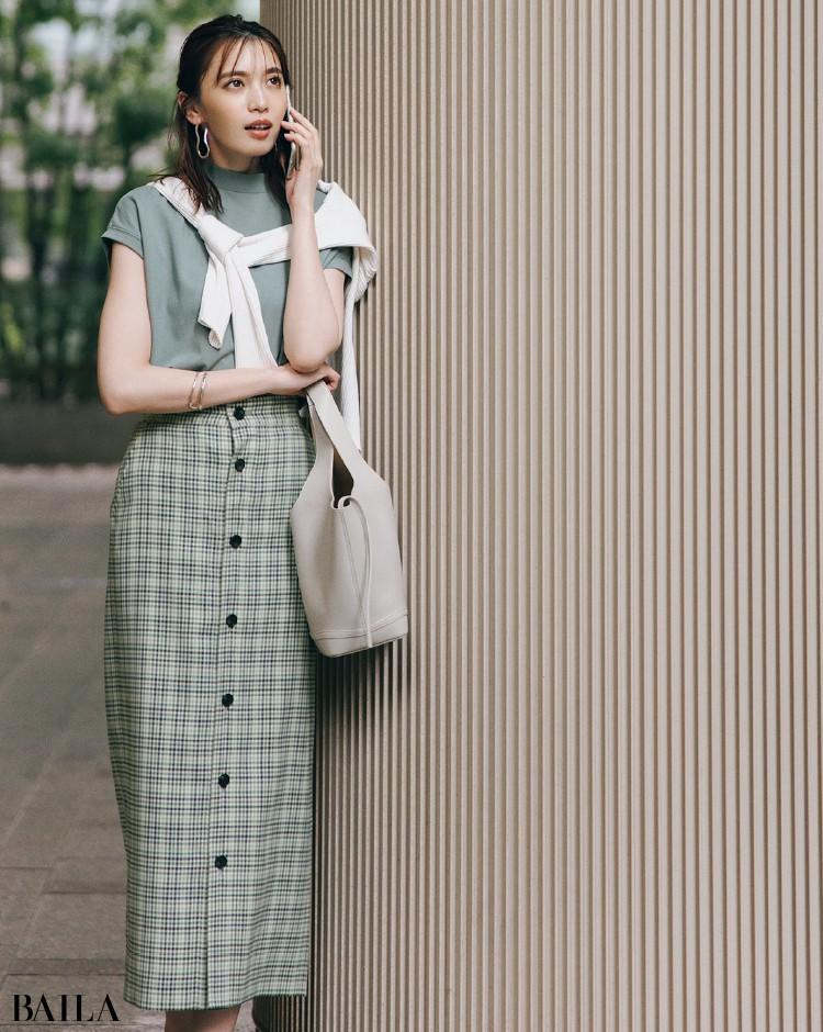グリーンのTシャツとスカートでワントーンコーデの宮田聡子