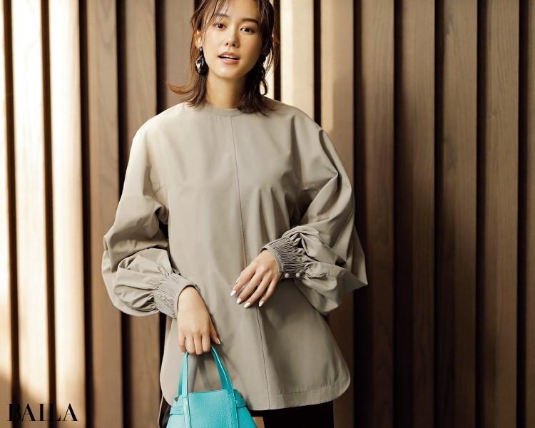 ミニマルな身ごろと、ボリューム袖とのギャップがドラマチックなグレージュカラーでクールな女らしさを。