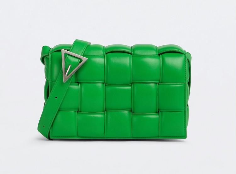 「ボッテガ・ヴェネタ(BOTTEGA VENET)」のアイコンバッグ「パデッド カセット」の新色グリーン
