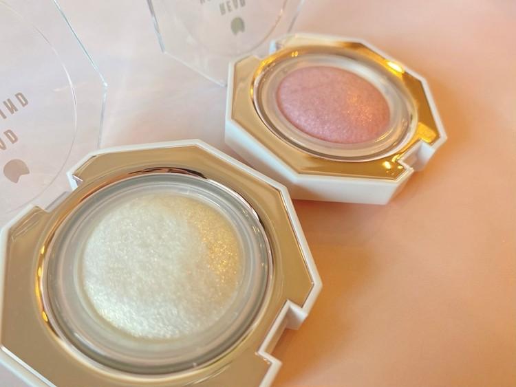 中国コスメ「ukiss」(ユーキス)の「ダイヤモンドハイライト ゴールドパール」と「ダイヤモンドハイライト ピンクパール」のパッケージを開けて、中身を出してみた