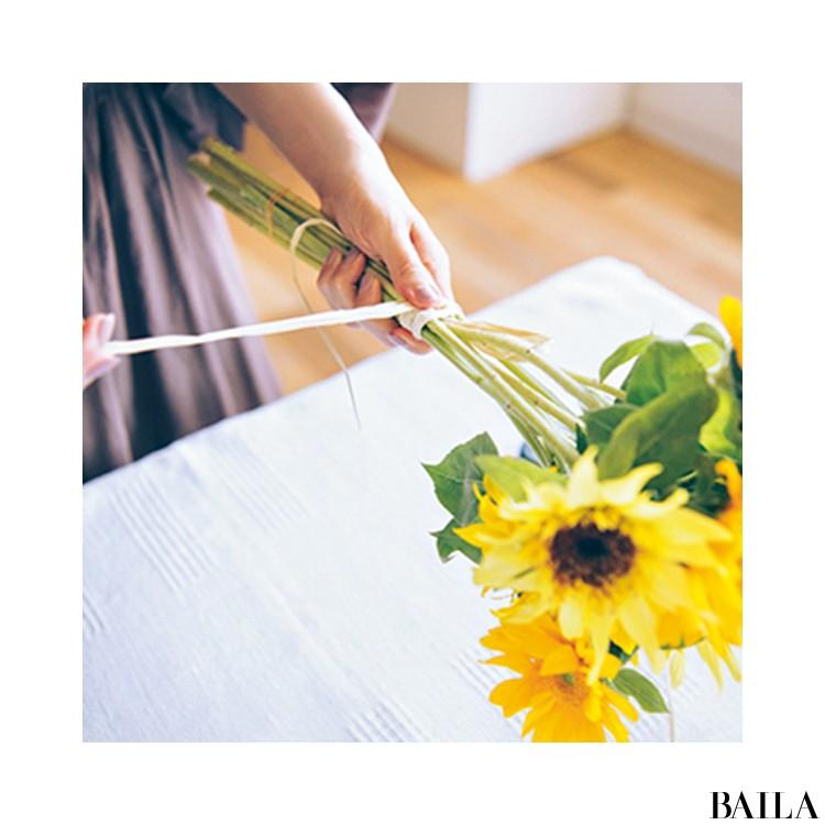エネルギーに満ちたひまわりをメルカドバッグに添えて【カトパンのあえて小さく飾る花レッスン】_6