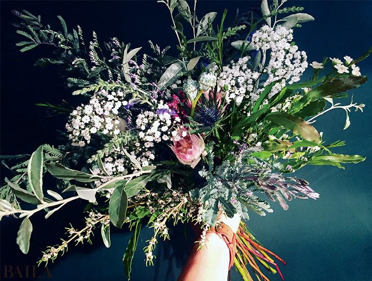 定番のカスミソウを、シャープな印象の花やさまざまなグリーンと合わせ新しい見せ方で提案