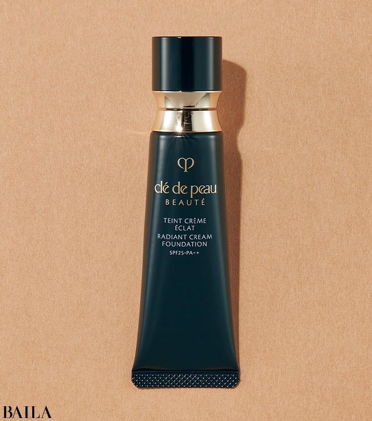 一日中乾燥を感じることなく繊細なツヤ肌をキープ。品格を感じるサテン質感。タンクレームエクラn SPF25・PA++ 全8色 25g ¥14300/クレ・ド・ポーボーテ