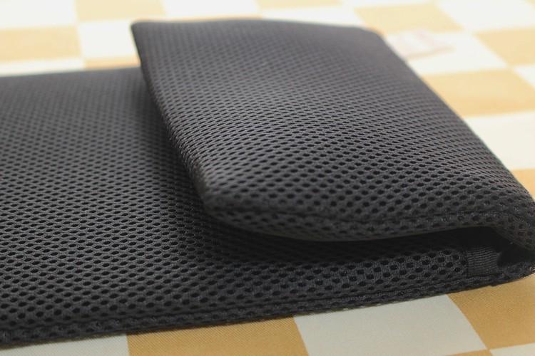 無印良品「ポリエステルメッシュタブレットカバー ポケット付き11型用」のポケットを畳んだ様子