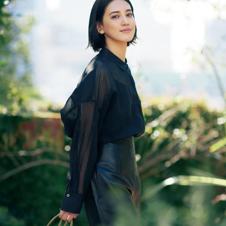 水曜日は、黒のシアーシャツでヘルシーな色気をひとさじ【30代今日のコーデ】