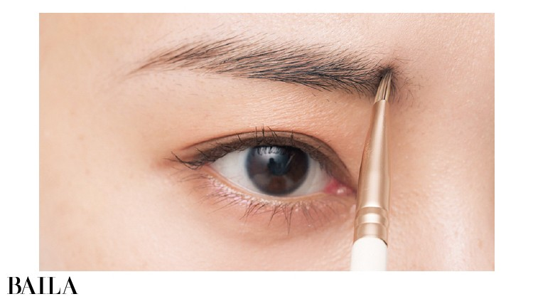 2.美人ポイントの眉頭下に毛を足す