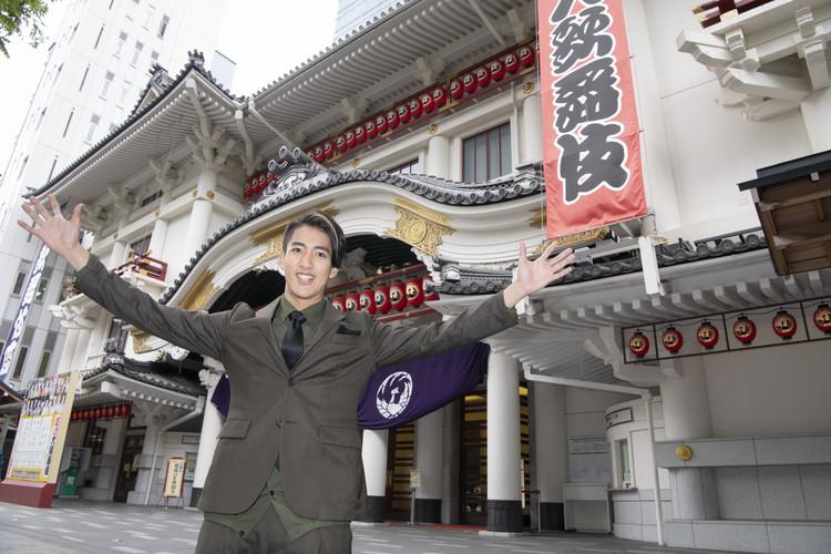 歌舞伎座前でお嬢吉三を勤める尾上右近さん