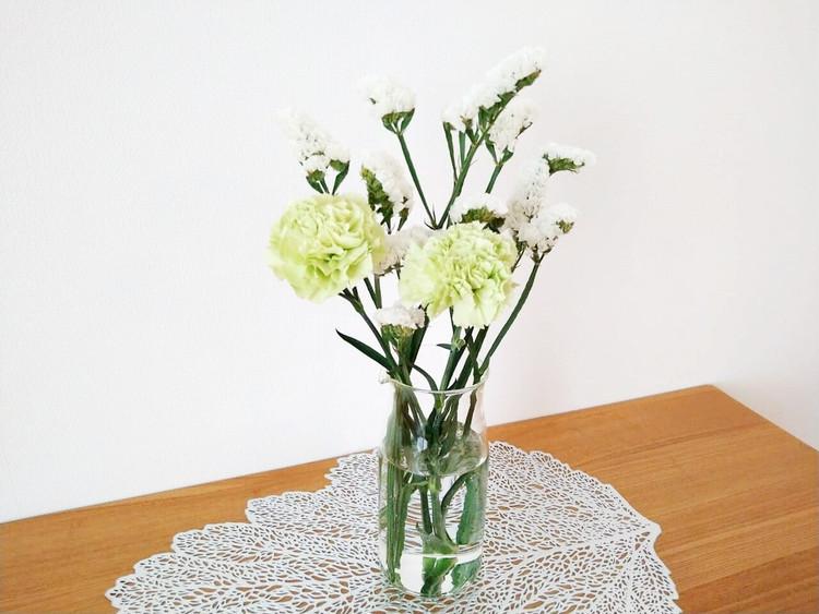花を生けた耐熱ガラスピッチャー