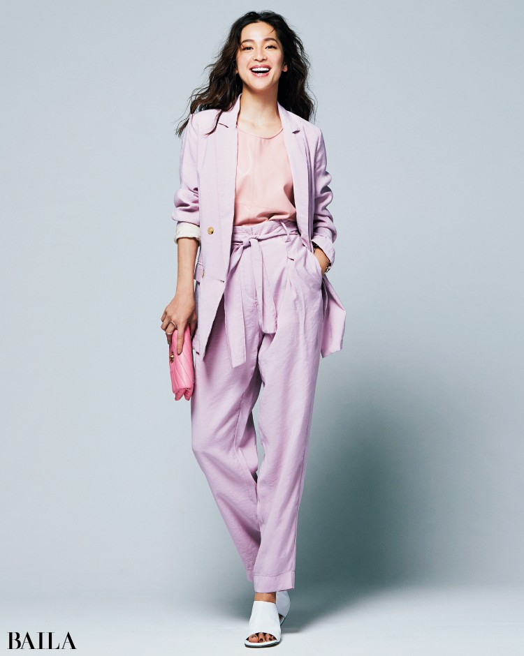 ピンクのジャケットセットアップコーデの中村アン