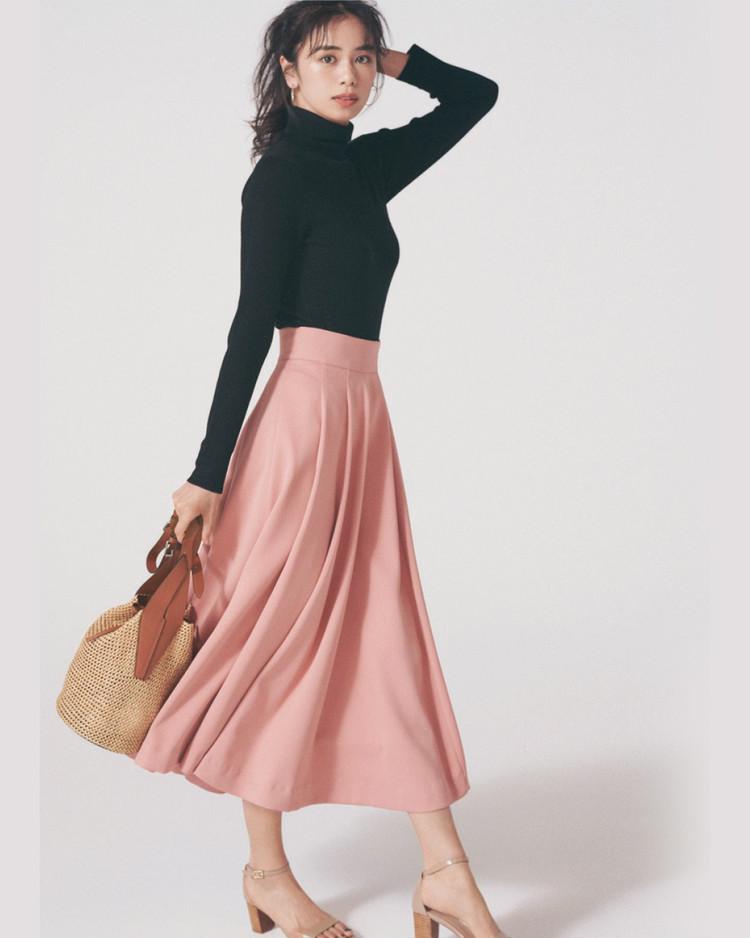 水曜日は、黒リブタートル&春色フレアスカートでスタイルアップ【30代今日のコーデ】