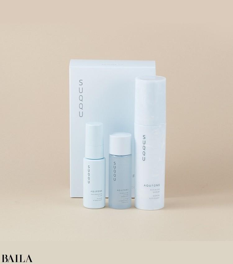 今シーズン注目の最新スキンケアラインが、早くもキットになって登場。独自開発の複合成分「AQUFONSコンプレックス」が、乾燥しやすい秋冬の肌を潤いで満たし、透けるようなツヤ肌をかなえる。美容液の現品サイズに、ミニサイズの化粧水と乳液がセットに。アクフォンス キット ¥13200/SUQQU