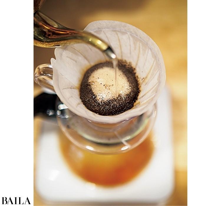 3回に分けて注ぎ、コーヒーの成分を余すところなく抽出。粉がふくらんだら2投目へ。円を描くよう100㎖注ぐ