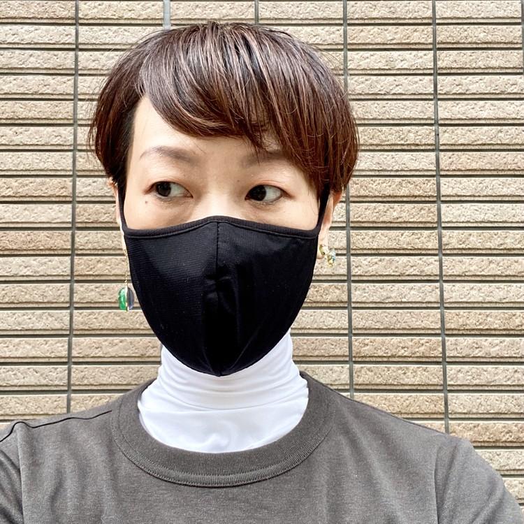 【ユニクロ(UNIQLO)エアリズムマスク】新色ブラックが10月下旬発売 女性Mサイズ着用写真