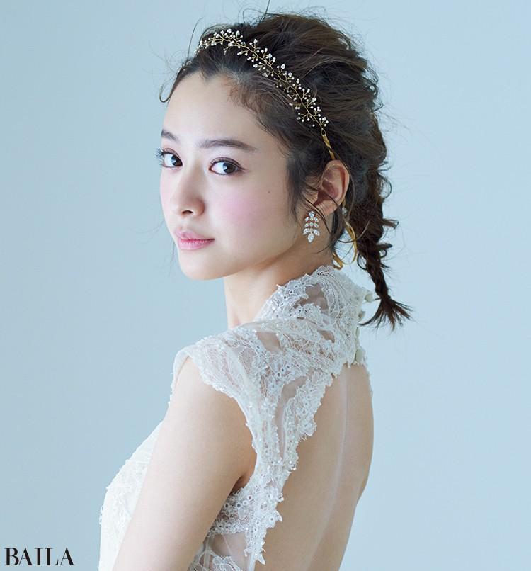 ドレス(販売)¥580000・(レンタル)¥290000/マリア ラブレース(デビット フィールデン) リボンカチューシャ¥15000/キャトルズ(14) イヤリング(レンタル)¥5000/ミラー ミラー