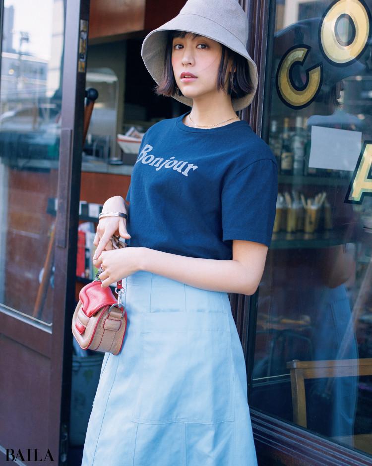 マディソンブルーのネイビーTシャツコーデの山本美月