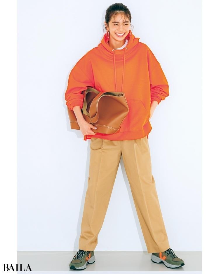 スニーカーのロゴのオレンジを拾い、鮮やかなパーカをチョイス