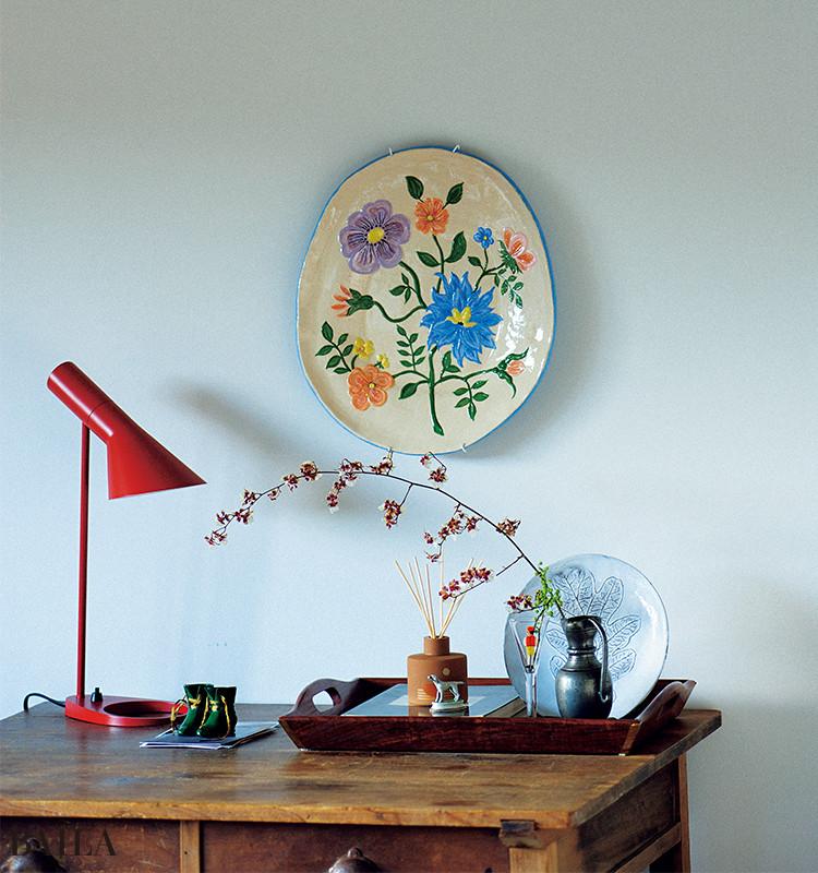 お気に入りの器を壁にかけたら、食卓では見せない華やかな表情