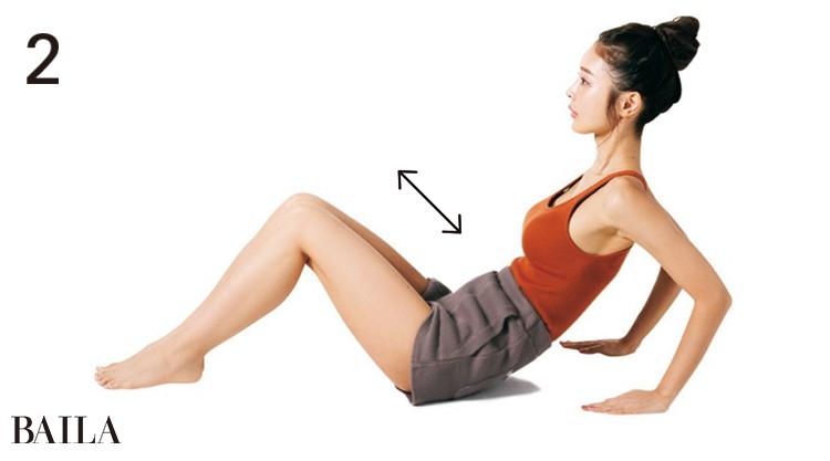2.両手を体の後ろに置き、体を後ろに倒し、両ひじを曲げる。自然と骨盤が後傾するように動き、タオルに尾骨が押し当てられる。