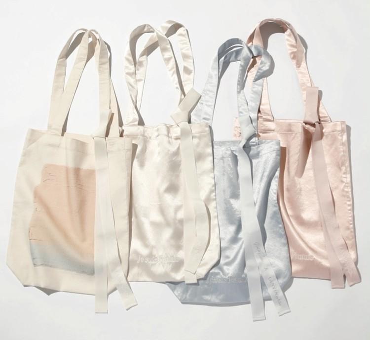 サテントートバッグ(ホワイト・ブルー・ピンク)¥8000・コットントートバッグ(ホワイト)¥7000