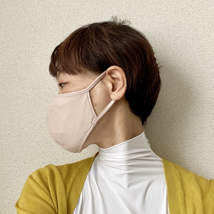 【ユニクロ(UNIQLO)エアリズムマスク】に新色ベージュが登場 女性着用写真
