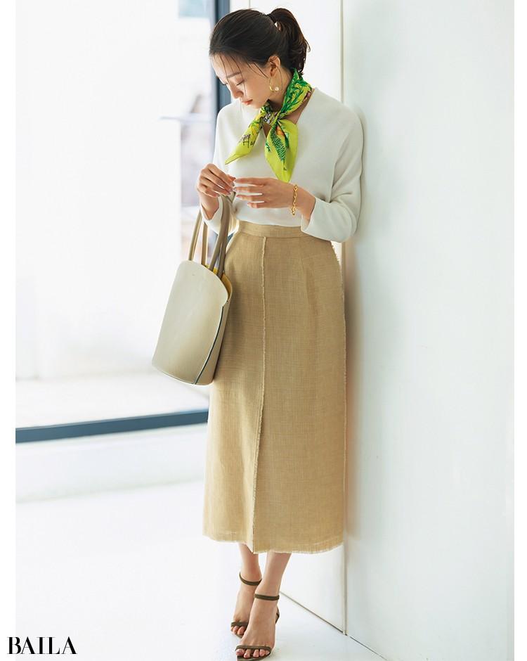 リネンスカート 顔映え白ニットでクリーンに仕上げきれいめスタイルを感度高く