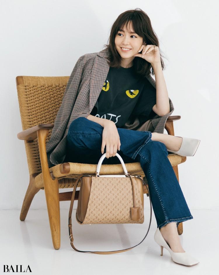 キャッチーなTシャツとデニムコーデの桐谷美玲