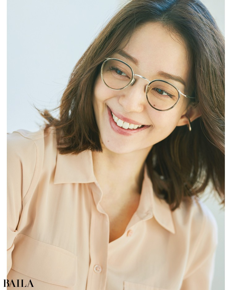 メタルフレームのメガネをかけた松島 花