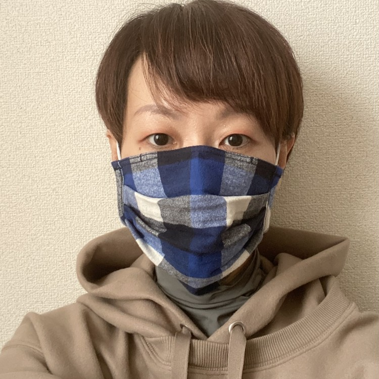 【無印良品】「繰り返し 使える 2枚組・マスク」秋冬向けあったかバージョン3種が新発売 フランネル素材 女性着用画像