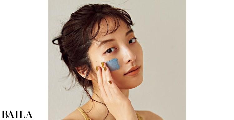 「夏の終わりは肌が酸化して、肌表面の電子が失われがち。酸化ダメージが大きい部分に塗るとピリピリとした刺激を感じるマスクは、肌疲れのバロメーターに」(小田さん)