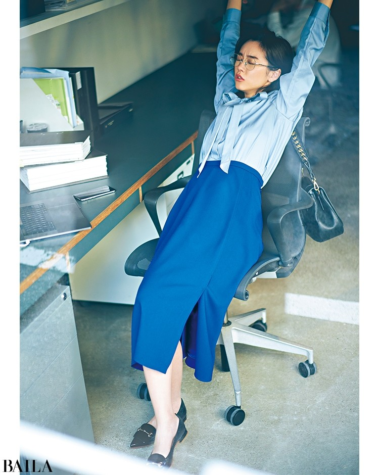 ボウタイブラウス&タイトスカートで女っぽく仕上げたエレガントなブルーコーデ