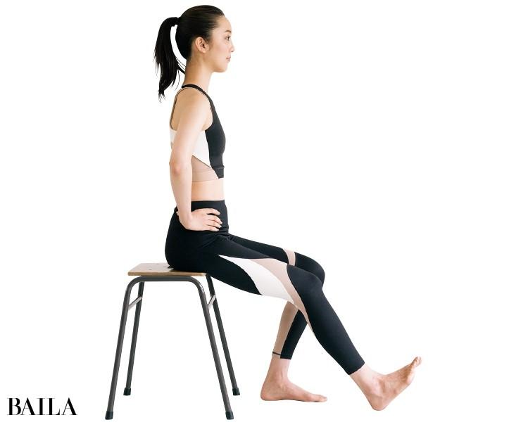 椅子に浅く腰かけ、背すじを伸ばす
