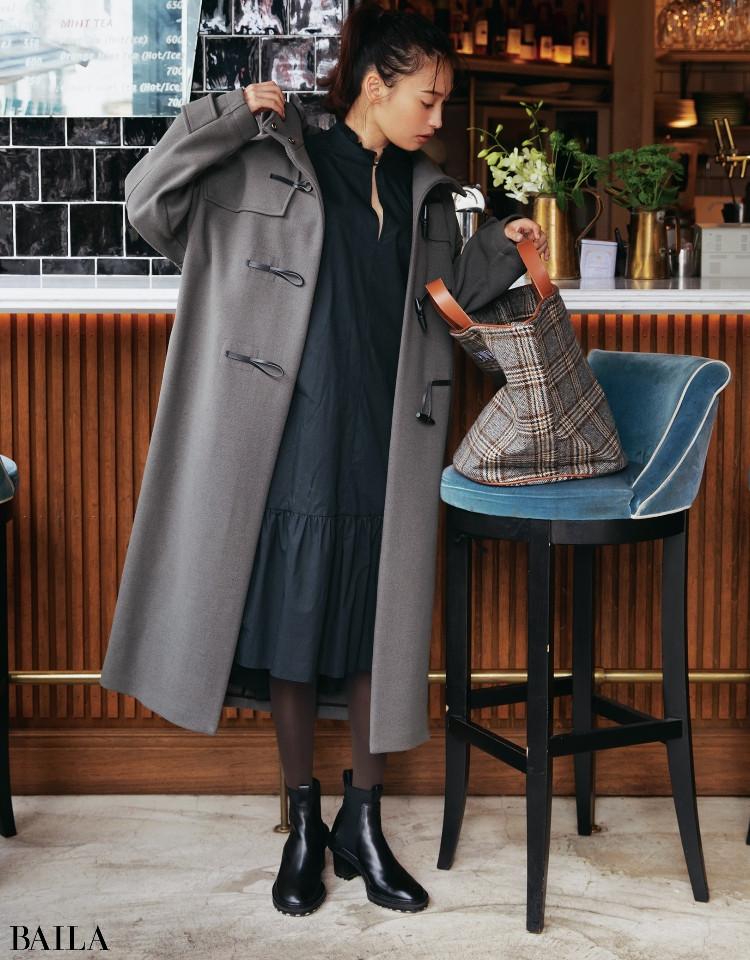 最旬ブーツとつなぎ役のブラウンタイツで定番ブラックワンピの着こなしを更新して
