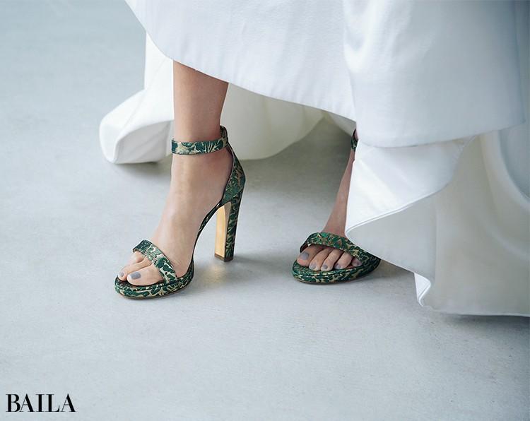 ドレスがミニマルだから 靴で個性を。足もとで こだわりをアピール