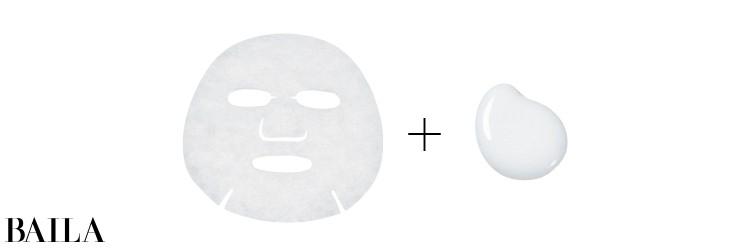シートマスクを張って10分。マスクの上から乳液を塗って裏返し、さらに10分。