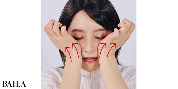 《4》母指球で、頰骨の下のくぼみを持ち上げる